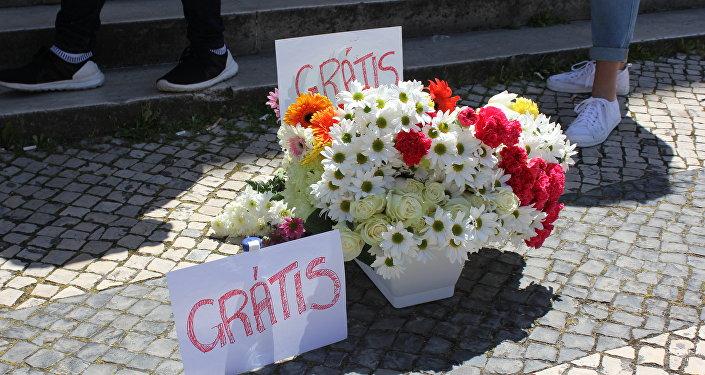 No protesto de 2 de maio, os estudantes ofereceram flores a quem passava, em uma alusão às pedras usadas na ação anterior