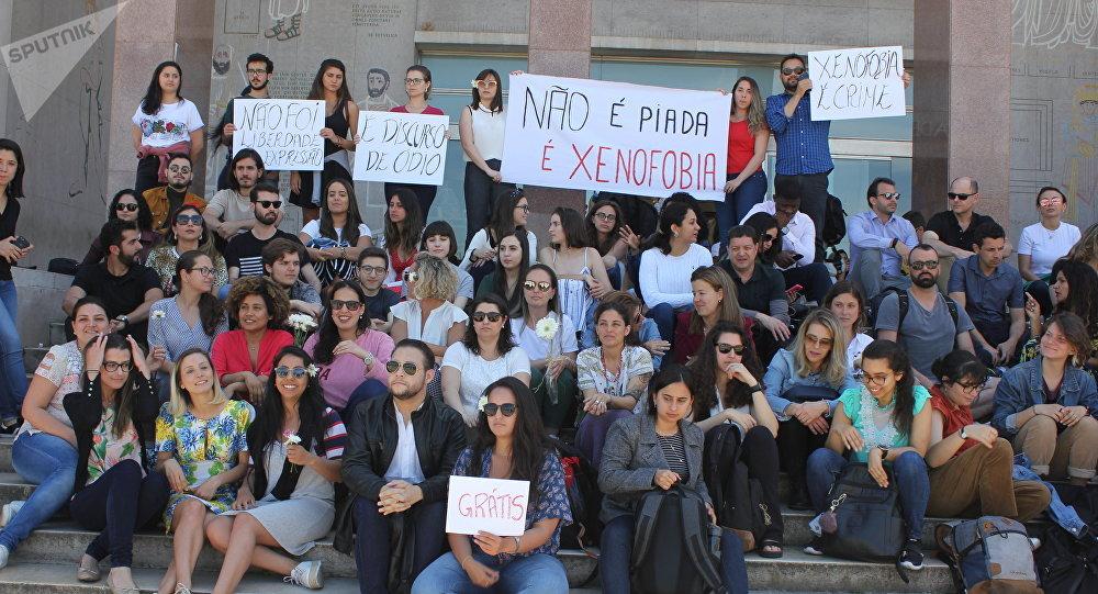 Estudantes participam do protesto condenando a xenofobia contra alunos brasileiros da Faculdade de Direito da Universidade de Lisboa