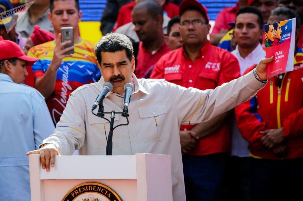 Presidente venezuelano, Nicolás Maduro, discursando na frente de apoiadores em Caracas