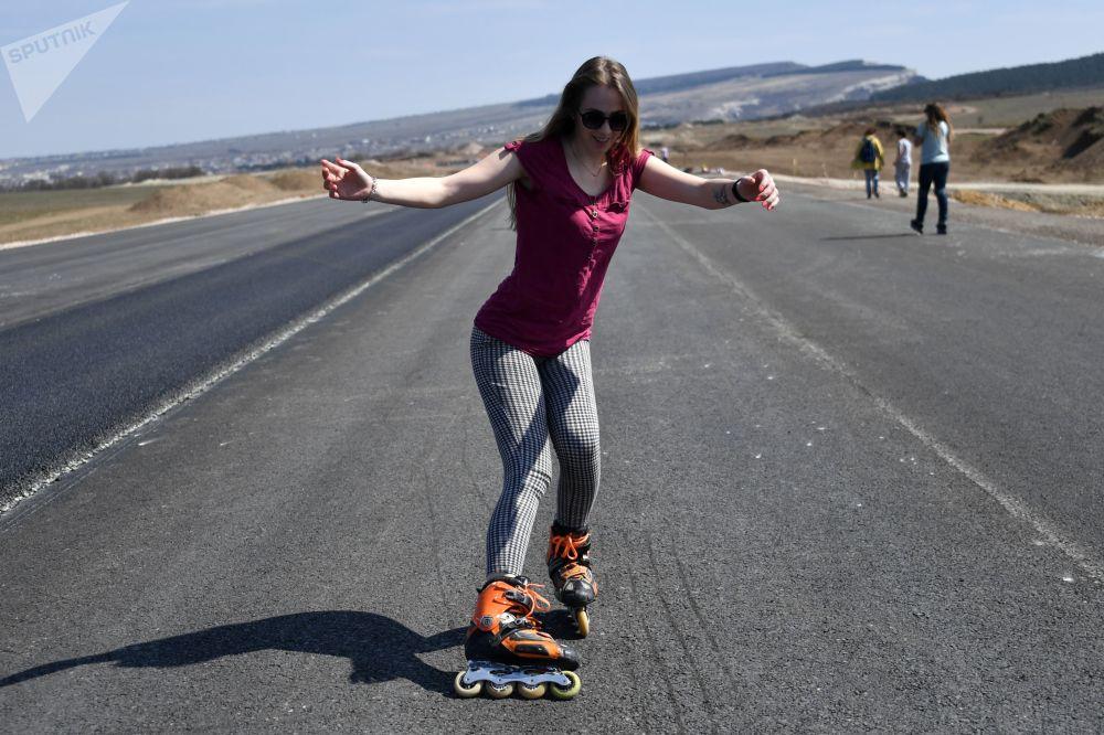 Uma mulher anda em patins em linha na Crimeia