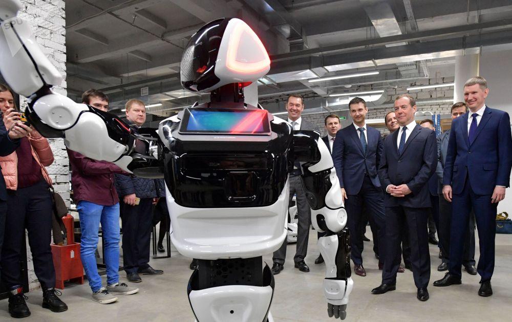 O primeiro-ministro russo Dmitry Medvedev observa o robô russo do modelo Promobot em ação
