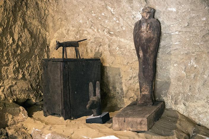 Estátuas e objetos descobertos dentro de tumba no Planalto de Gizé, na periferia sudoeste da capital egípcia do Cairo, 4 de maio de 2019