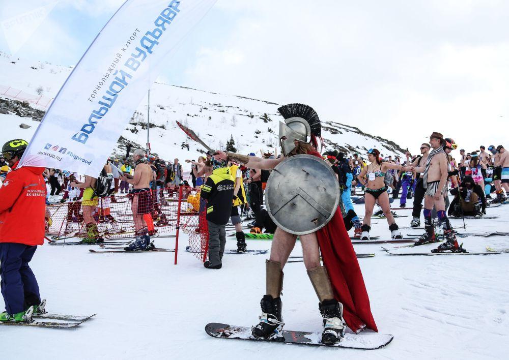 Pessoas fantasiadas participam do festival Khibiny-Bikini 2019, realizado na estação de esqui Bolshoi Vudyavr, na cidade russa de Kirovsk