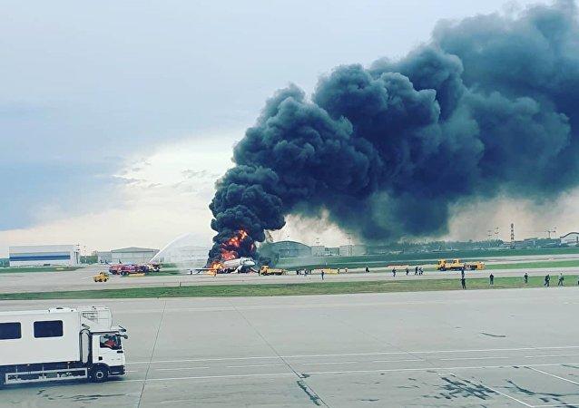 Avião pega fogo no aeroporto de Sheremetyevo, em Moscou