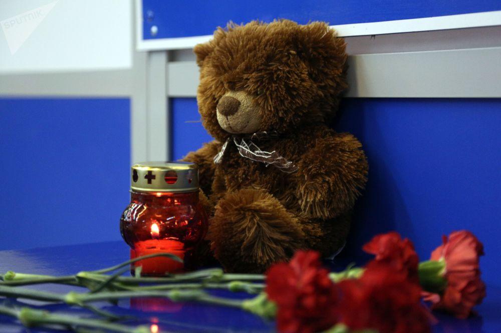 Flores, brinquedos e velas no Aeroporto Sheremetyevo em homenagem às vítimas do acidente com avião que voava de Moscou a Murmansk e teve de fazer um pouso de emergência por causa de fogo