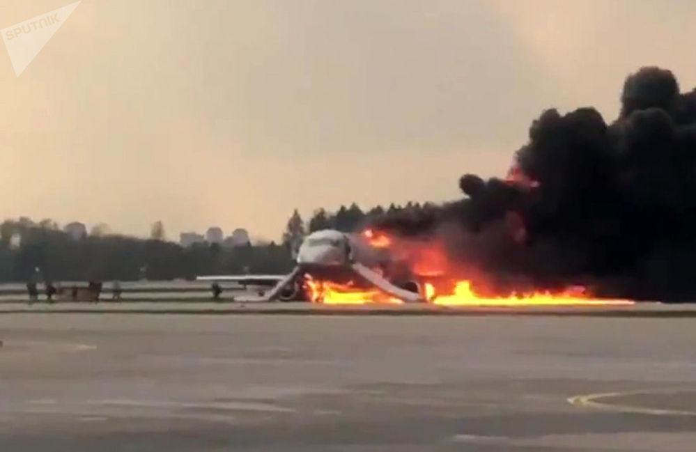 Avião da Aeroflot visto em chamas durante aterrissagem no Aeroporto Sheremetyevo