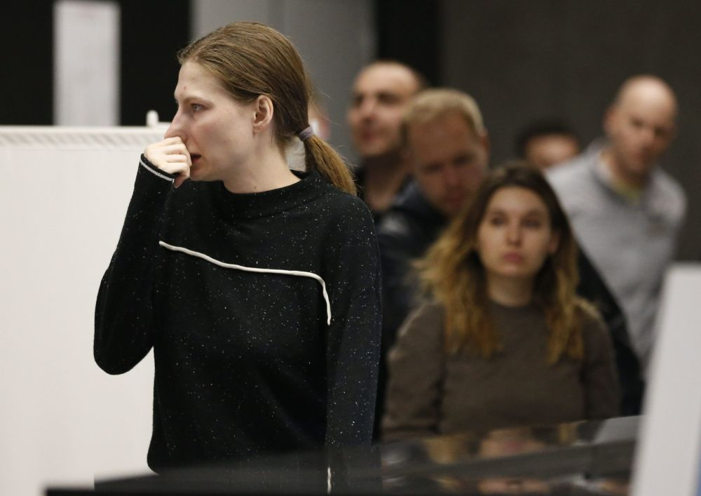 Jovem esperando encontro com empregados do serviço de apoio psicológico no Aeroporto Sheremetyevo