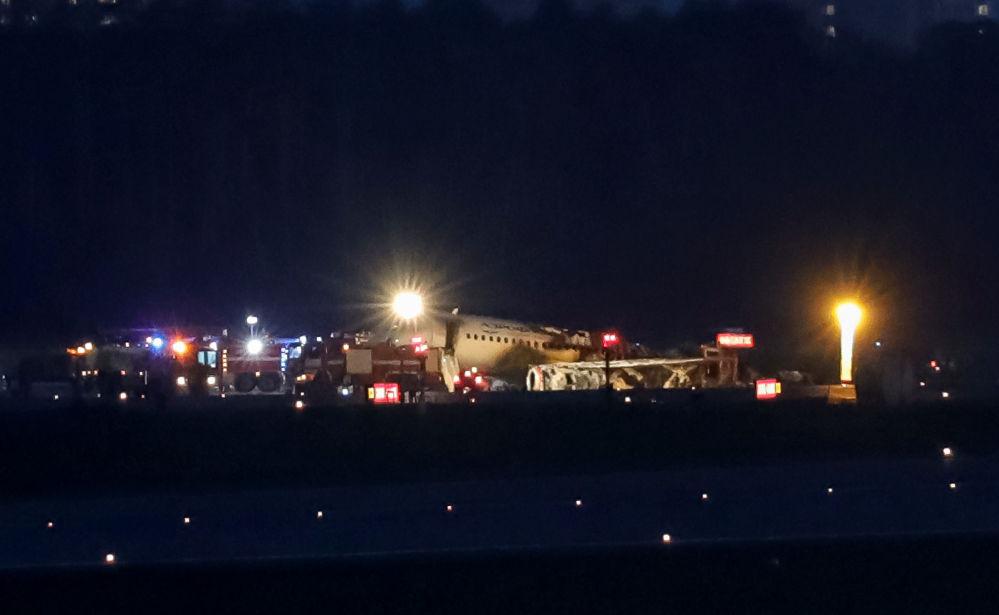 Escombros do avião comercial Sukhoi Superjet 100 após incêndio