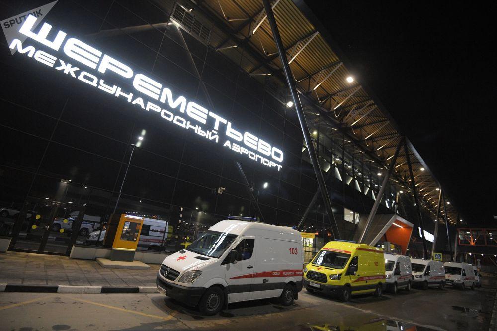 Ambulâncias estacionadas em frente à entrada do Aeroporto Internacional Sheremetyevo