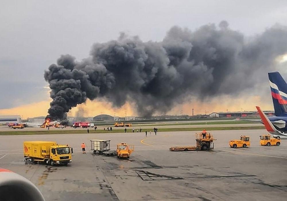 Avião da companhia Aeroflot que pegou fogo no ar corre pela pista de aterrissagem no Aeroporto Sheremetyevo