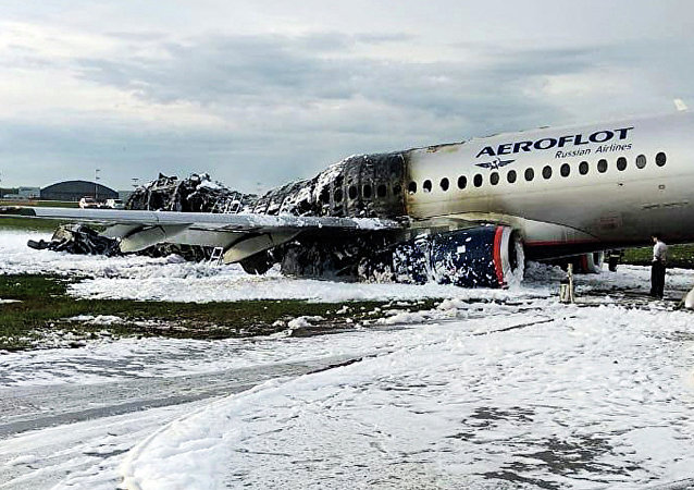 Aeronave Sukhoi SSJ100, da companhia aérea Aeroflot, coberta de espuma após pouso de emergência no aeroporto de Sheremetyevo, em Moscou, Rússia, 5 de maio de 2019