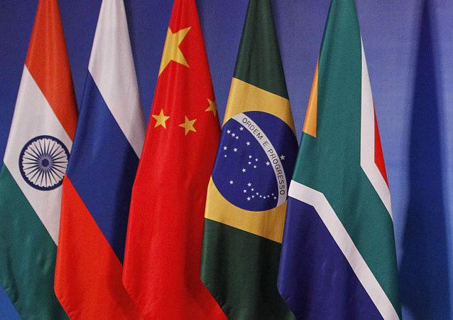 Bandeiras dos países membros do BRICS (imagem de arquivo)