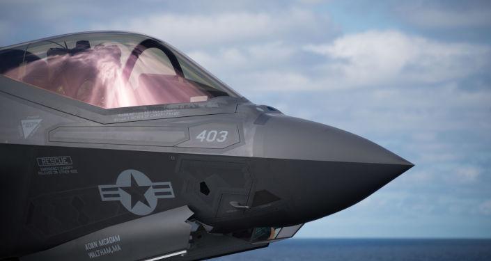 Cabine de pilotagem do caça norte-americano F-35C Lightning II