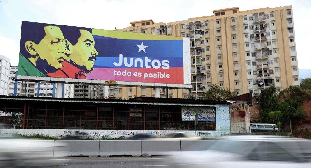 Outdoor com imagens de Nicolás Maduro e Hugo Chávez em uma rua de Caracas, capital venezuelana