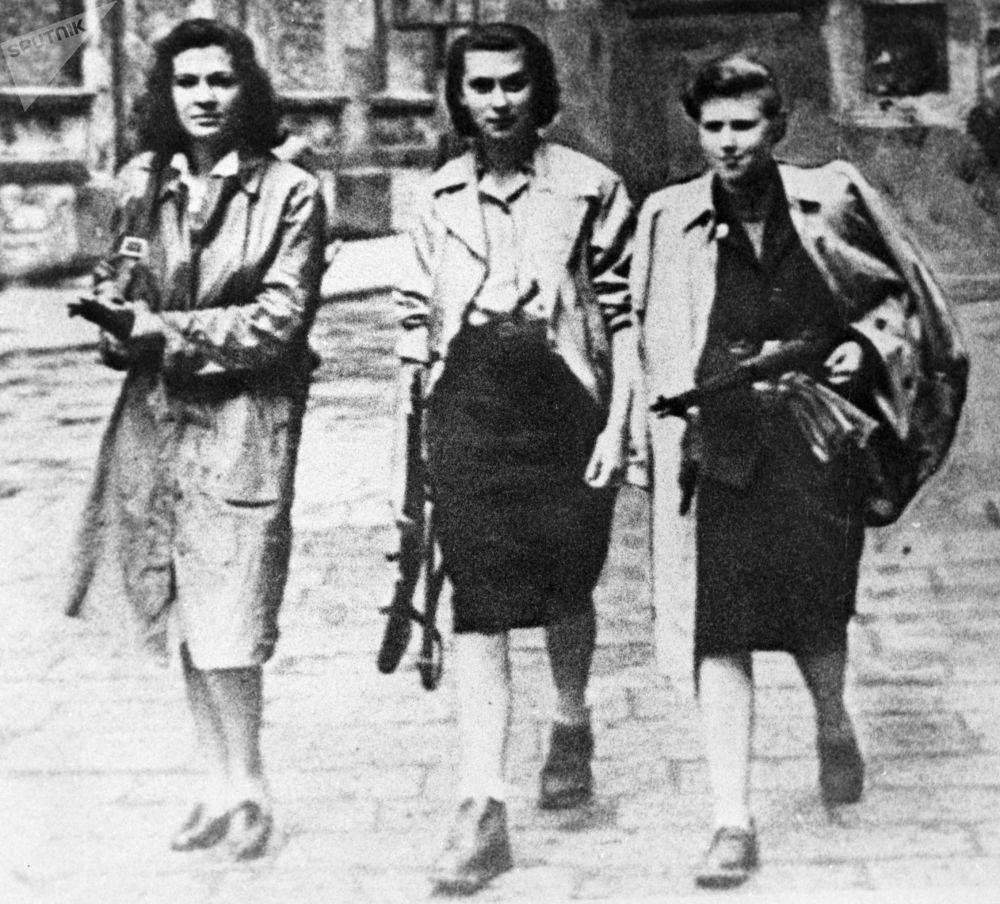 Participantes armadas do Movimento de Resistência na cidade italiana de Ivrea durante a Segunda Guerra Mundial, 1945