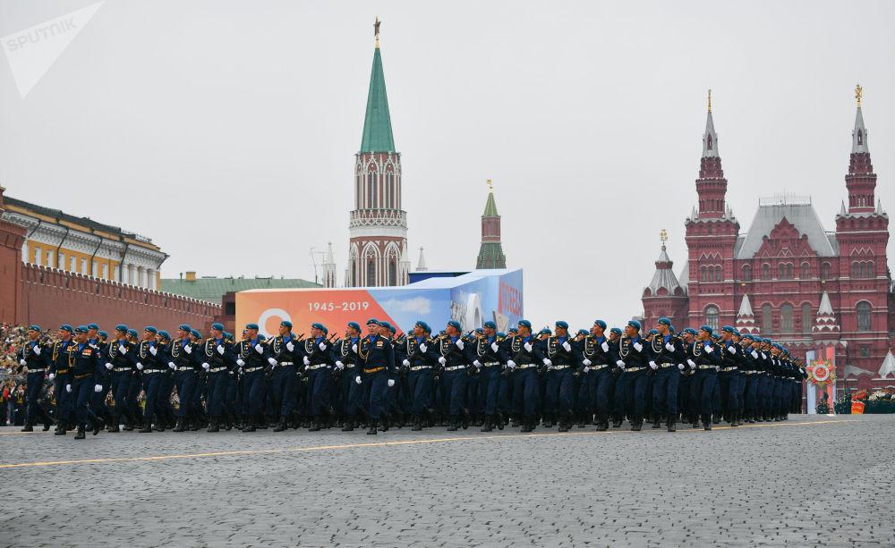 Paraquedistas russos marcham durante parada militar