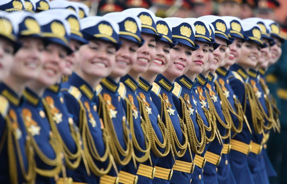 Militares femininas do Ministério da Defesa da Rússia durante parada militar