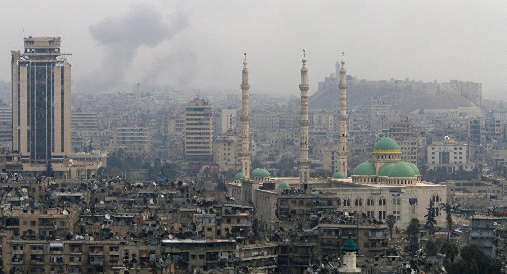 Fumaça após ataques em Aleppo, na Síria