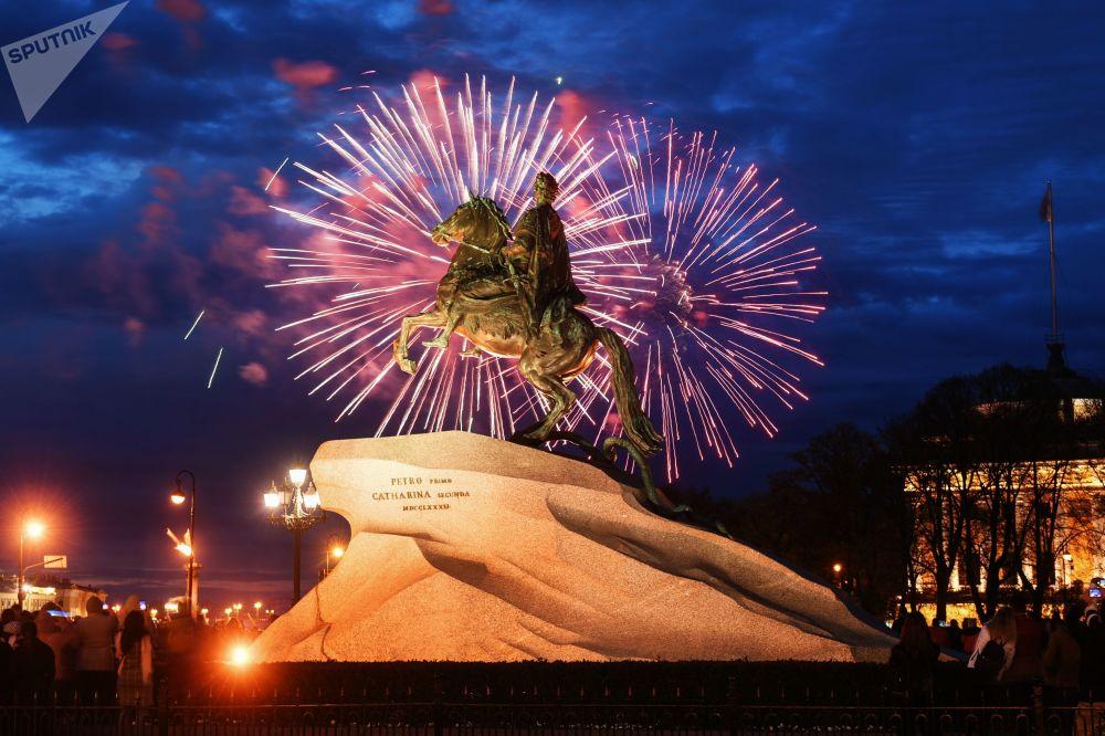 Show de fogos de artifício em São Petersburgo dedicado às celebrações do 74º aniversário do da Vitória
