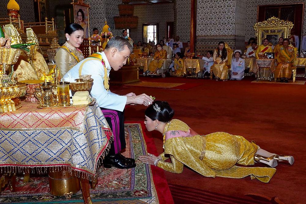 Rei tailandês Maha Vajiralongkorn ungindo sua filha Sirivannavari Nariratana durante a coroação