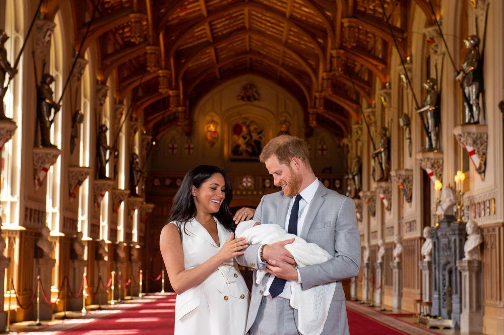 Príncipe Harry e Meghan, duquesa de Sussex, durante uma foto para a imprensa com seu filho recém-nascido em St. George's Hall, no castelo de Windsor