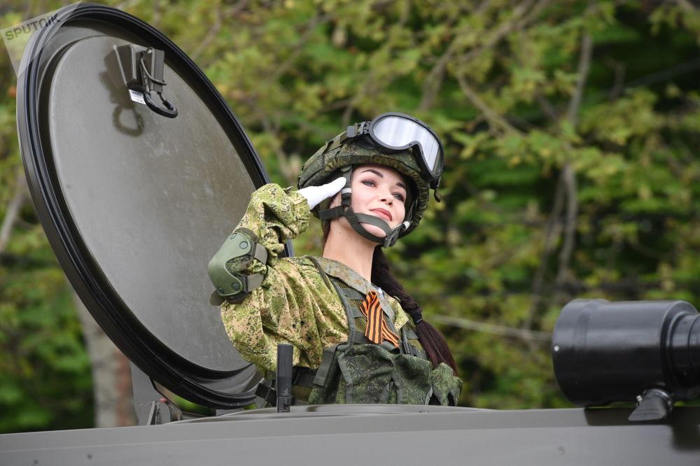 Uma militar durante a parada militar em Sevastopol dedicada ao 74º aniversário da Vitória