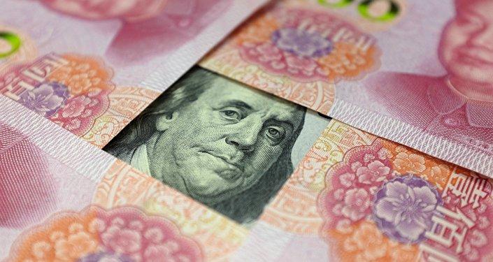 Uma nota de 100 dólares dos EUA com um retrato de Benjamin Franklin e notas chinesas de 100 yuans com o retrato do falecido presidente chinês Mao Zedong.