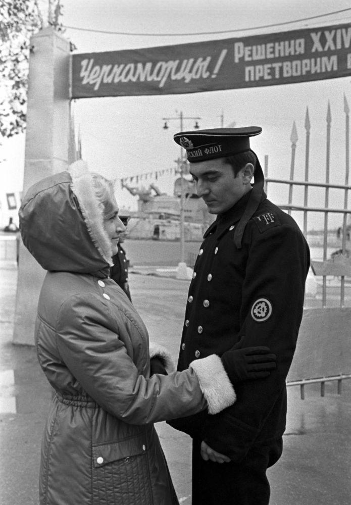 O casal se despede antes da saída de um navio para o mar na época da Marinha da URSS