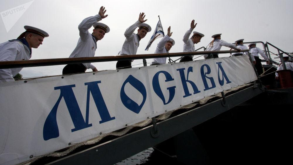 Marinheiros da Frota do Mar Negro em Sevastopol subindo a bordo do cruzador de mísseis Moskva