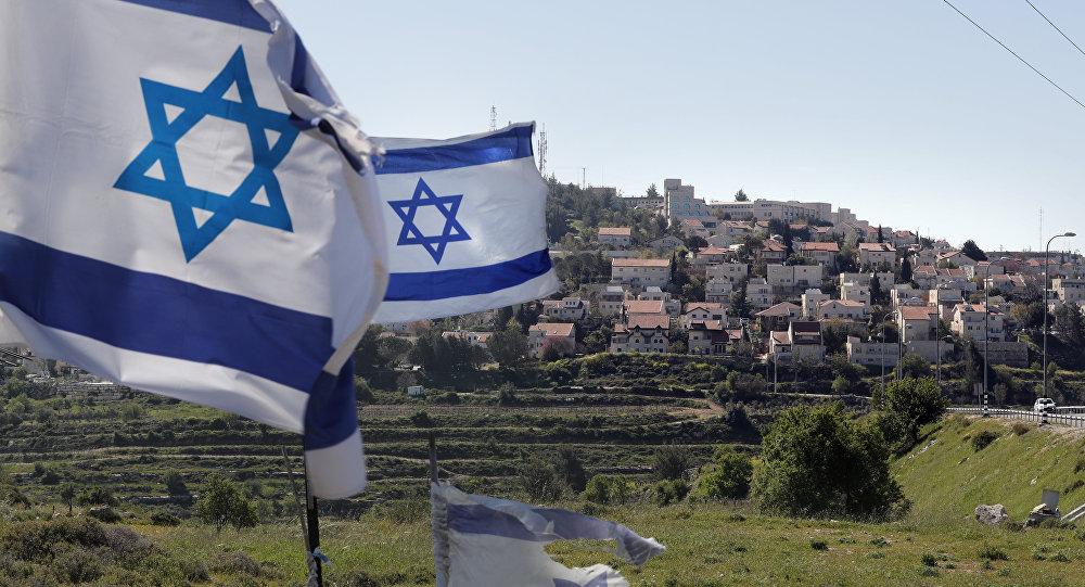 Bandeiras israelenses em frente ao território israelense de Efrat, situado na periferia sul da cidade de Belém, na Cisjordânia, 12 de abril de 2019