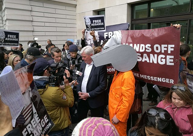 Editor do WikiLeaks defende Assange em discurso fora do Tribunal de Magistrados de Westminster.