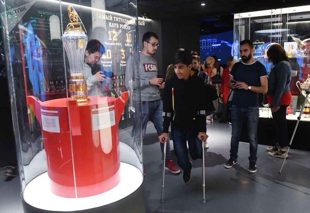Qassem Qadim foi convidado à Rússia para assistir a partida entre os clubes Spartak de Moscou e Ufa graças ao autor da fotografia, o fotojornalista Taysir Mahdi que ganhou ouro na categoria Esporte do Concurso Internacional de Fotojornalismo Andrei Stenin.