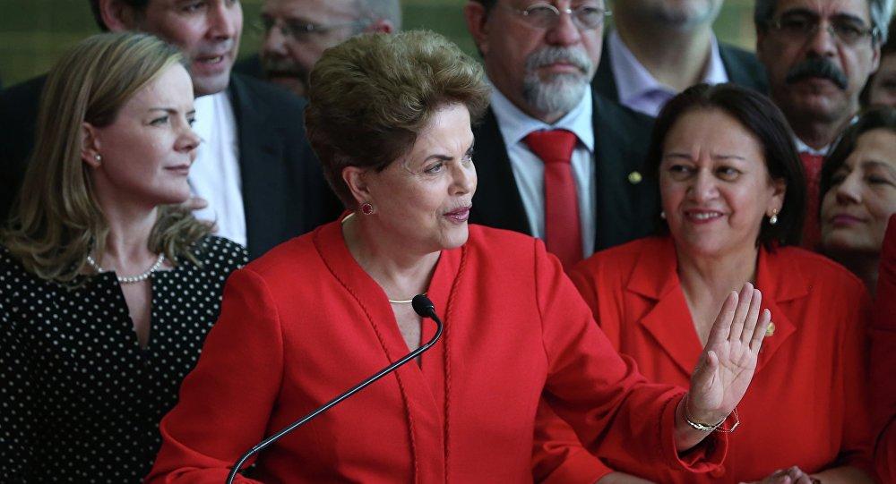 Dilma discursa no Alvorada