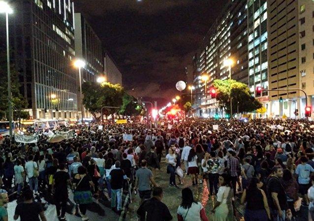 Manifestantes se reúnem em frente à Igreja da Candelária para protestar contra política de contingenciamento de verbas para a educação pública do governo Bolsonaro.