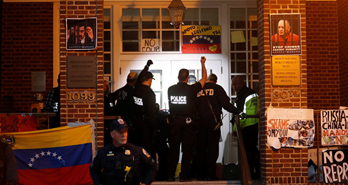 Agentes do Serviço Secreto dos Estados Unidos preparam-se para entrar na embaixada venezuelana para despejar e prender os quatro últimos ativistas apoiadores do presidente venezuelano Nicolás Maduro em Washington.