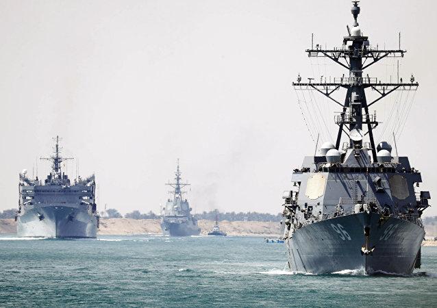 Grupo de combate liderado pelo USS Abraham Lincoln atravessa o canal de Suez