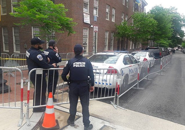 Policiais perto da Embaixada da Venezuela em Washington, 16 de maio