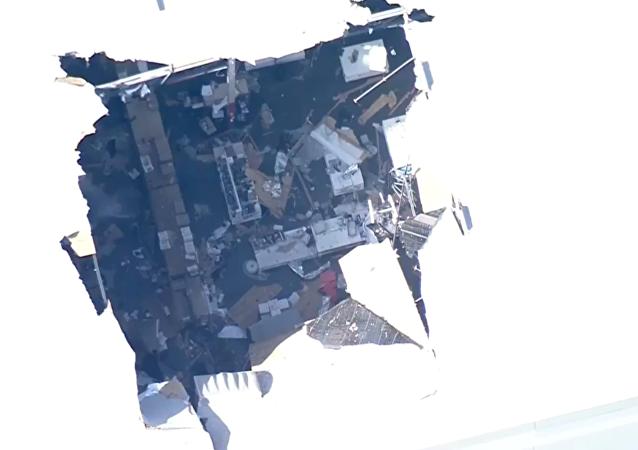 Estrago provocado por queda de caça F-16 sobre um armazém da base aérea reserva de March, no condado de Riverside, Califórnia