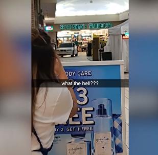 Homem passeia com carro dentro de shopping nos EUA