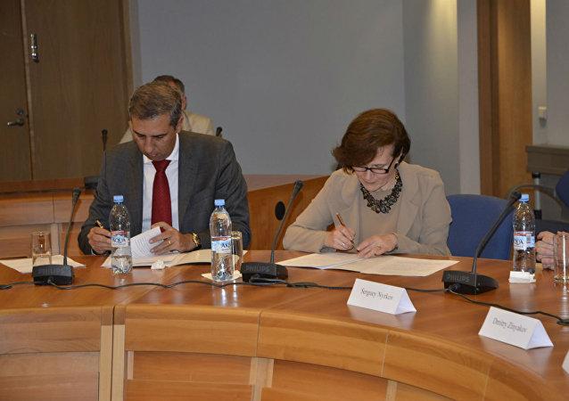 José Elinton e Tatiana Mashkova, respectivamente, vice-governador de Goiás e diretora do Comitê Nacional de Cooperação Econômica com a América Latina.