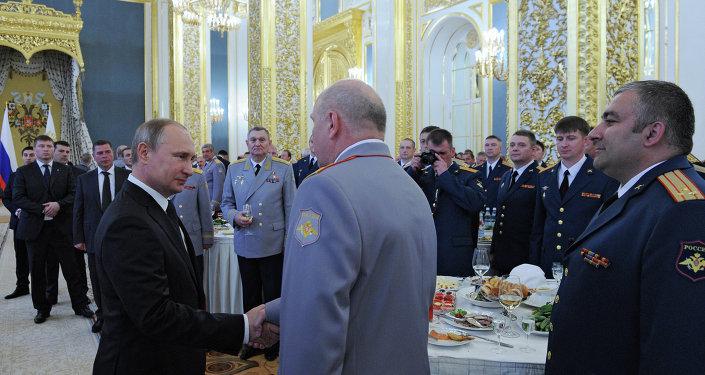 Presidente da Rússia Vladimir Putin recebe formando de instituições militares do país