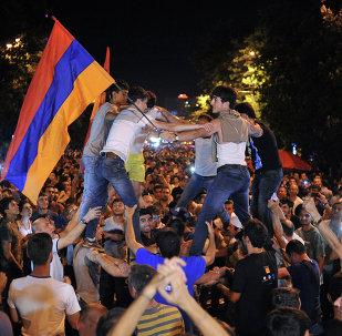 Manifestantes tomam as ruas de Erevan em protesto contra o aumento das tarifas de energia elétrica - 25 de julho de 2015