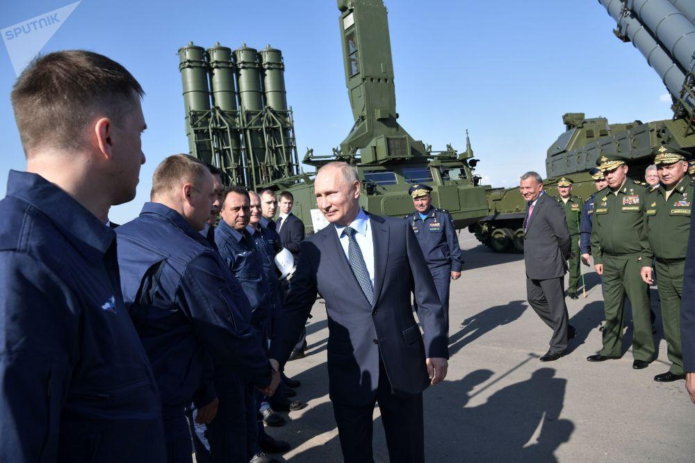 O presidente russo Vladimir Putin fala com os pilotos dos caças Su-57 que escoltaram o avião presidencial no voo para Akhtubinsk