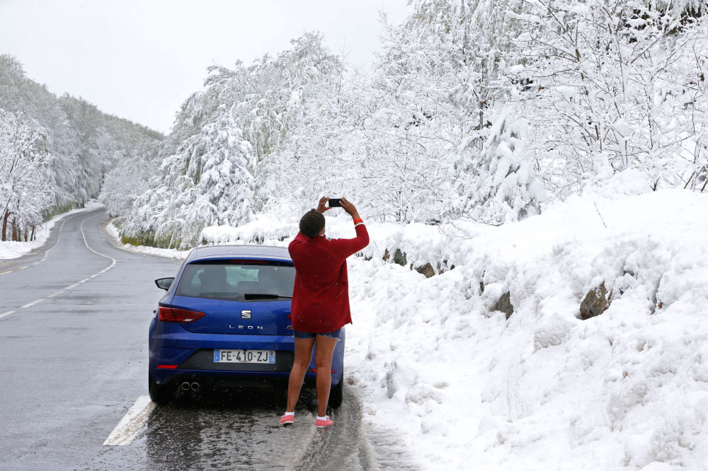 Turista fotografa a neve na ilha da Córsega