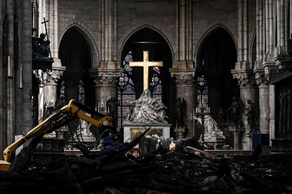 Altar da Catedral de Notre-Dame de Paris e obras de reconstrução