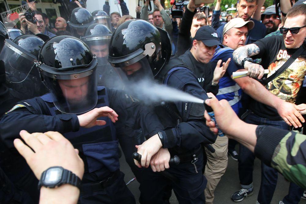 Choque entre policiais e participantes da manifestação em Kiev pela demissão do ministro do Interior ucraniano Arsen Avakov e do procurador-geral Yuri Lutsenko