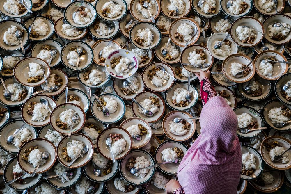 Mulher indonésia prepara o jantar segundo os preceitos muçulmanos durante o Ramadão na mesquita de Jogokariyan, em Yogyakarta