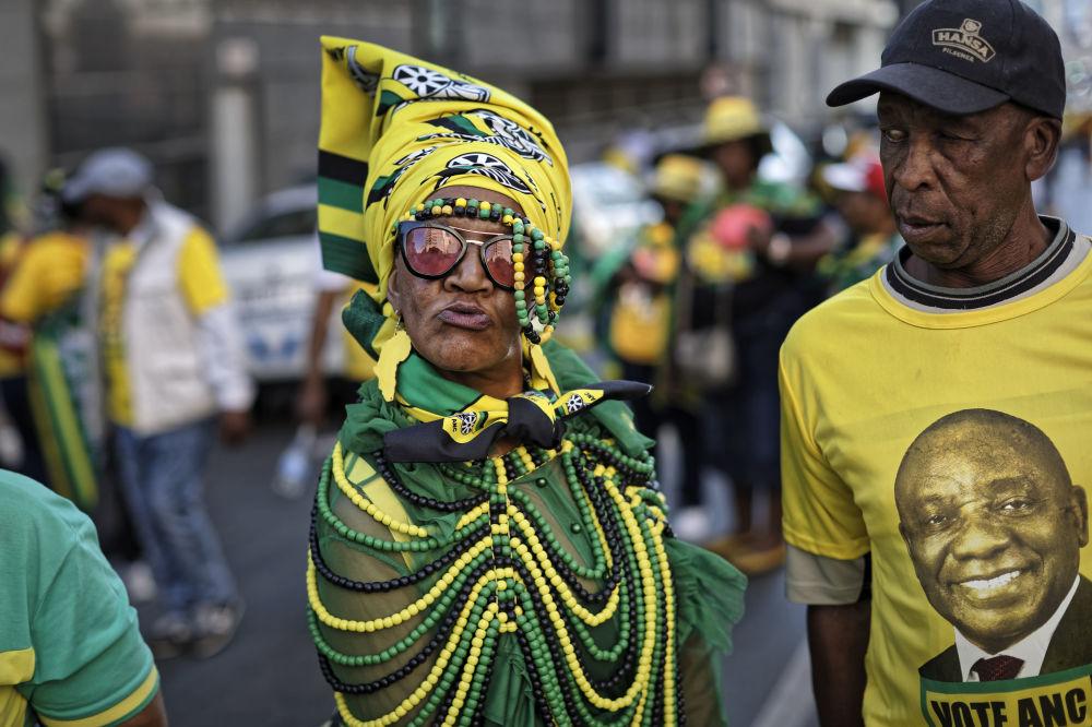Apoiadores do Partido do Congresso Nacional Africano celebram a vitória do seu partido nas eleições parlamentares no centro de Joanesburgo, África do Sul