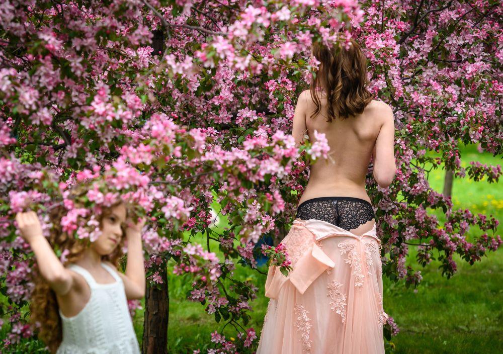 Garota posa durante uma sessão de fotos em um pomar de cerejeiras no Parque Kolomenskoye, Moscou