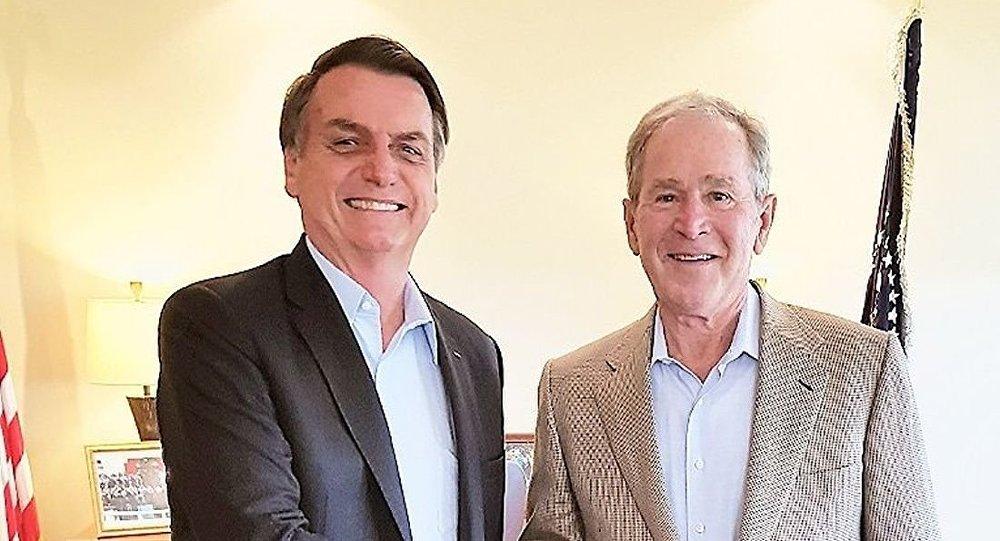 Presidente brasileiro Jair Bolsonaro ao lado do ex-presidente estadunidense George W. Bush em Dallas, nos EUA